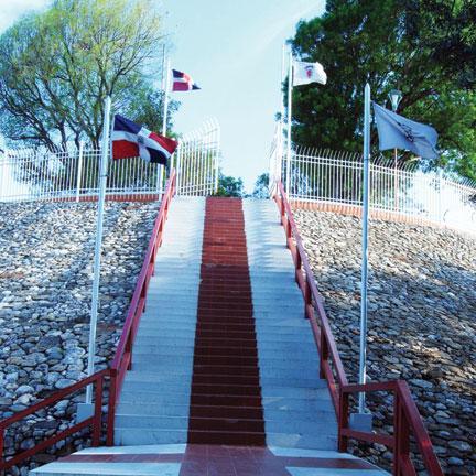 Estas escalinatas conducen hacia lo alto de El Parque Imbert área que honra la memoria del prócer general José María Imbert. Imbert fue junto con Fernando Valerio líder de la Batalla del 30 de Marzo