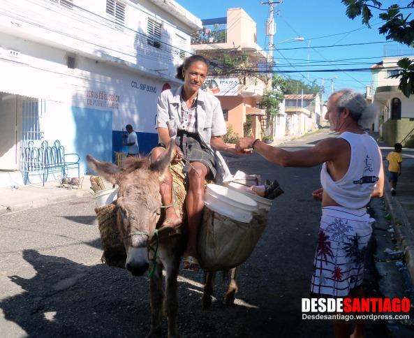 La marchanta, que al lomo del burro recorre calles y avenidas ofertando su mercancía, imagen cada vez más escasa en Santiago.