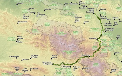 Trazado propuesto (en trazo verde con borde negro) para la carretera Cibao-Sur (hacer clic para una versión de mayor resolución). La ruta pasaría por comunidades de Padre Las Casas, Bohechío y Constanza, desde donde se continuaría por carreteras preexistentes hasta llegar a Santiago. La distancia total sería de 157 km.