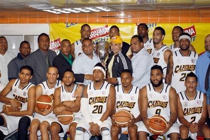 Integrantes del equipo de Pueblo Nuevo exhiben la Copa de campeón que conquistaron en el torneo de baloncesto superior de Santiago, tras vencer al Plaza Valerio en el séptimo partido de la final.