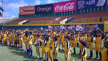 Presencia. Una legión de niños participan en el campamento abierto ayer por las Águilas Cibaeñas en el Estadio Cibao.