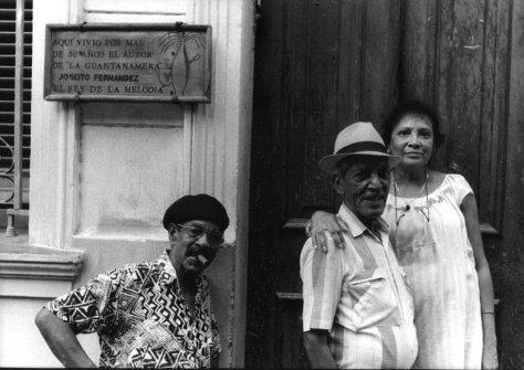 Pio Leyva y Compay Segundo con la hija de Joselito Fernández, ante la casa del compositor de Guantanamera