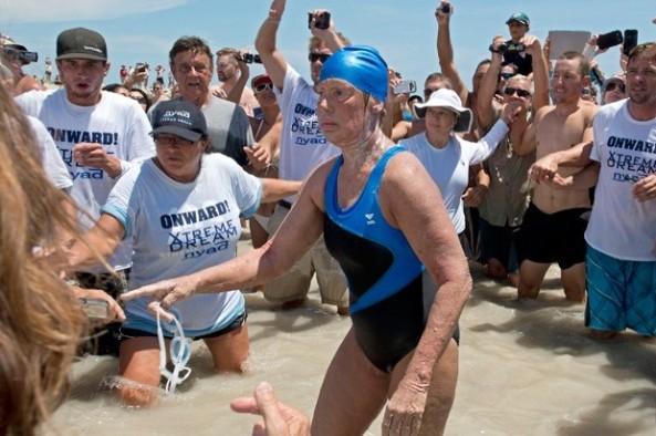 La deportista, quien cumplió 64 años recientemente, llegó a Cayo Hueso ayer en la tarde, unas 53 horas después de lanzarse al agua en La Habana. Fue la quinta vez que Nyad trataba de concluir la travesía, de unos 177 kilómetros. (AP )