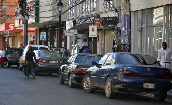 El estacionamiento de estos vehículos en la calle General Cabrera dificulta el desplazamiento de este invidente. Alex Reynoso.