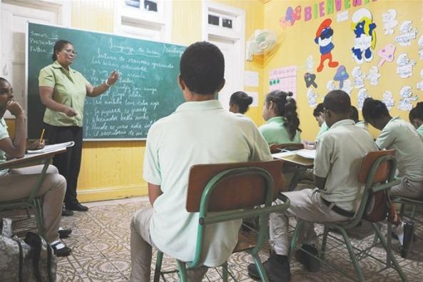 Una profesora del centro especializado imparte docencia a un grupo de alumnos sordomudos en un aula.