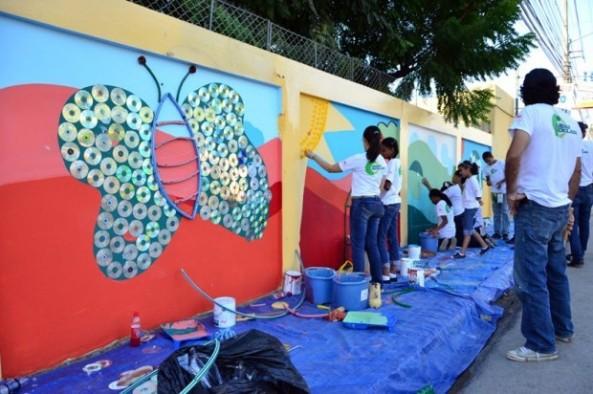 Estudiantes de los centros educativos Albergue Infantil Santiago Apóstol y Pontezuela Abajo trabajaron en dos murales artísticos, patrocinados por el Centro León.