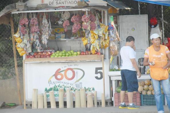 Vista parcial de los tarantines del centro de la ciudad que venden frutas, golosinas y otros productos navideños. Foto: Carlos CHICON.