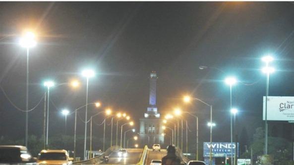 La entrada. De Santiago durante horas de la noche y al fondo se puede observar el Monumento a los Restauradores