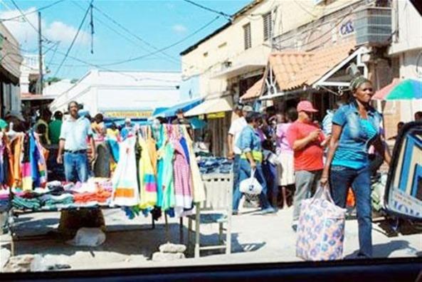 Espacios que dejaron buhoneros dominicanos desalojados de las calles de Santiago los ocupan haitianos ilegales.