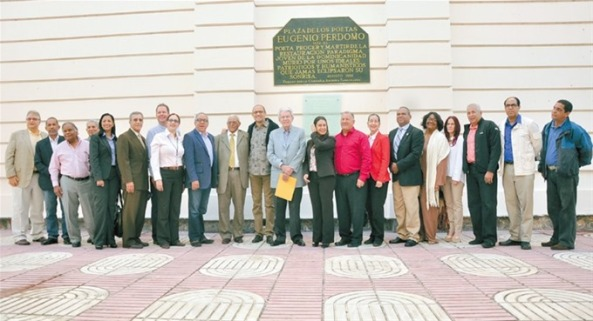 Funcionarios y personalidades de la sociedad que estuvieron presentes en el Palacio Consistorial para comprometerse a trabajar por mantener el patrimonio arquitectonico.