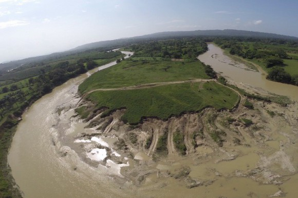 En esta foto se observa la depredación y el daño causado por la extracción ilegal de arena del rio del Yásica.