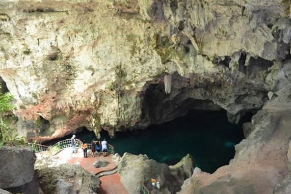 Lago de Azufre, el primero que se observa desde lo alto de las escaleras de piedra.