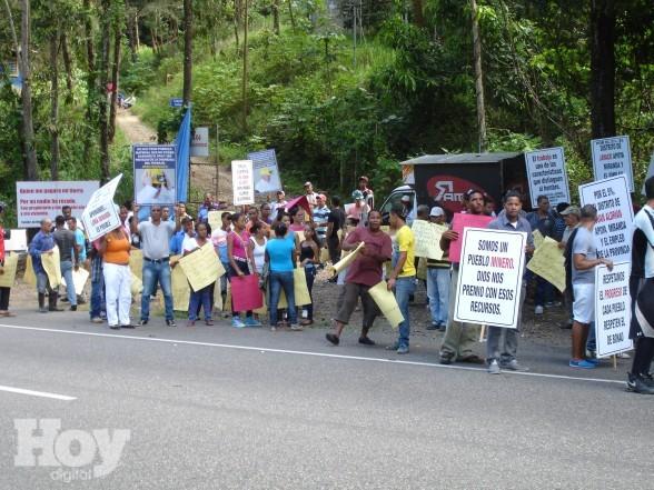 Campesinos montan vigilia en demanda explotación de loma Miranda 27 de mayo.