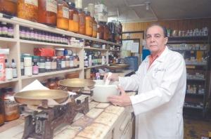 José Ramón Espinal. Al frente de la Farmacia Jorge, en Santiago.