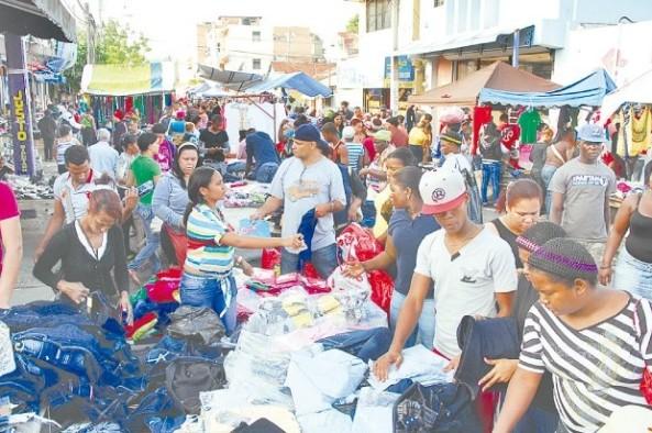 Vendedores acuden todos los jueves al mercado a ofertar sus productos. (Ricardo Flete)