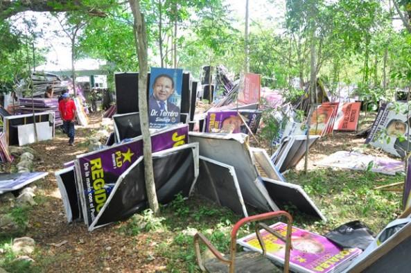 Afiches y vallas fueron desmontados durante operativos en las avenidas y calles del municipio, aunque ya hay denuncias de que nueva vez fue colocada propaganda. (Ricardo Flete)