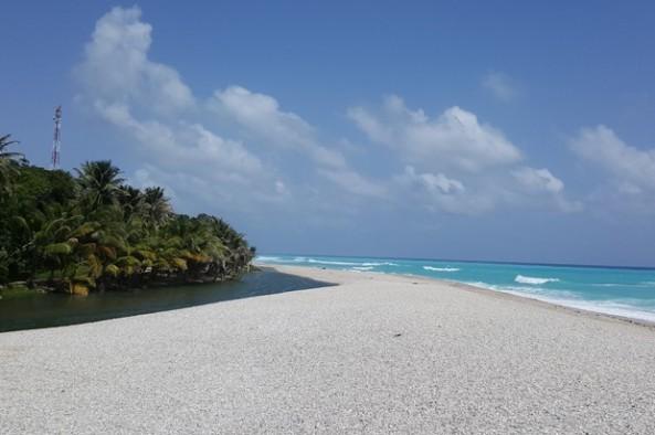 Los alrededores de playa han sido acondicionados con piedras de color blanco.