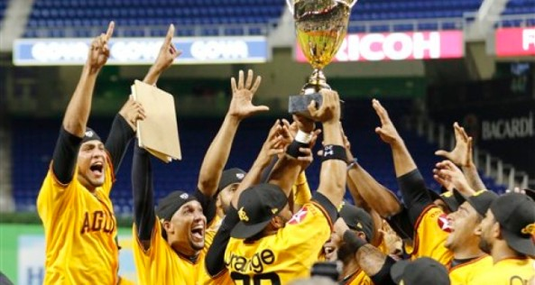 Las Águilas Cibaeñas festejan su triunfo sobre los Cardenales de Lara en la Serie de las Américas, en Miami.
