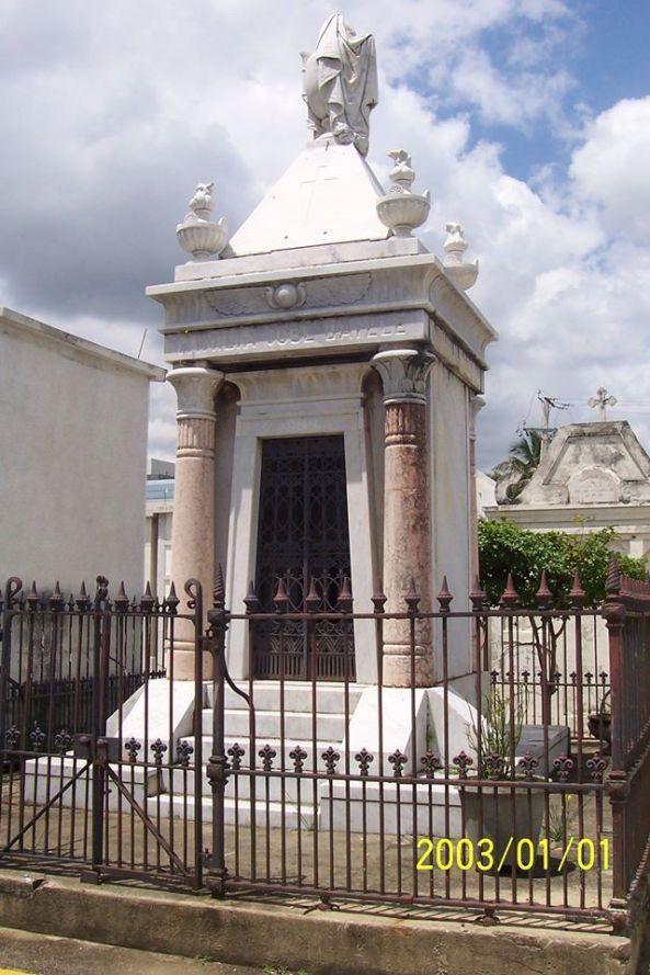 Panteón del comerciante catalán José Batlle Filbá y su familia en la calle principal del Cementerio Municipal de la 30 de Marzo, en Santiago.