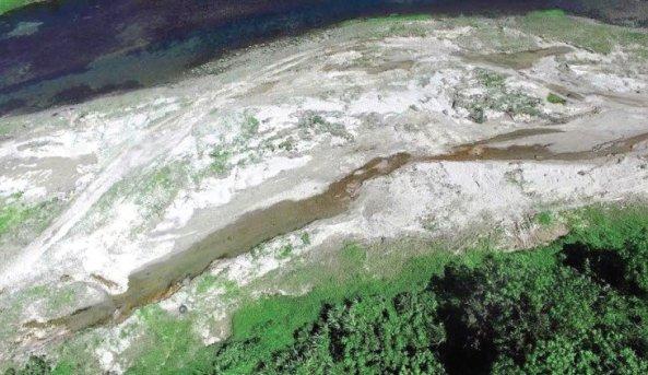 Imagen tomada ayer en el río Yásica, donde la extracción de agregados para la construcción deteriora su cauce. Nelson Garcia