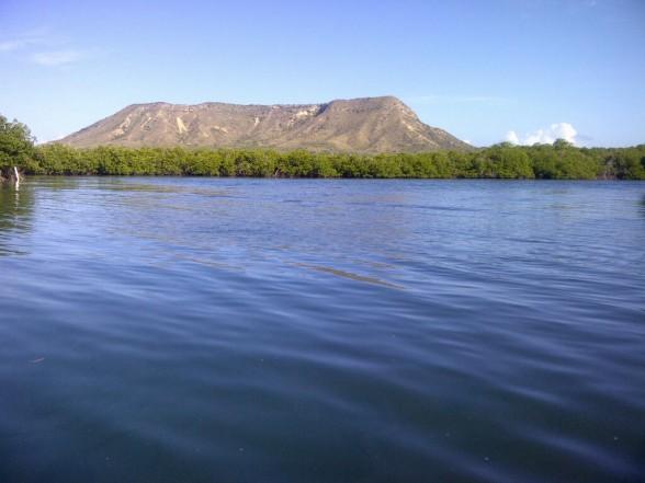 El Morro, esta elevación rocosa pegada a la costa de Montecriti y bordeada por manglares, es una de las vistas espectaculares de esta provincia.